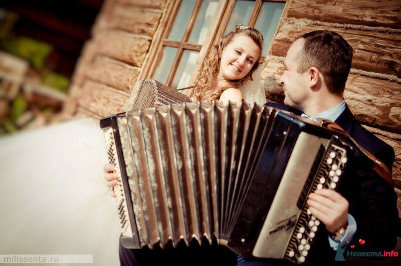Жених и невеста стоят возле дома и играит на гармошках - фото 93146 Невеста01