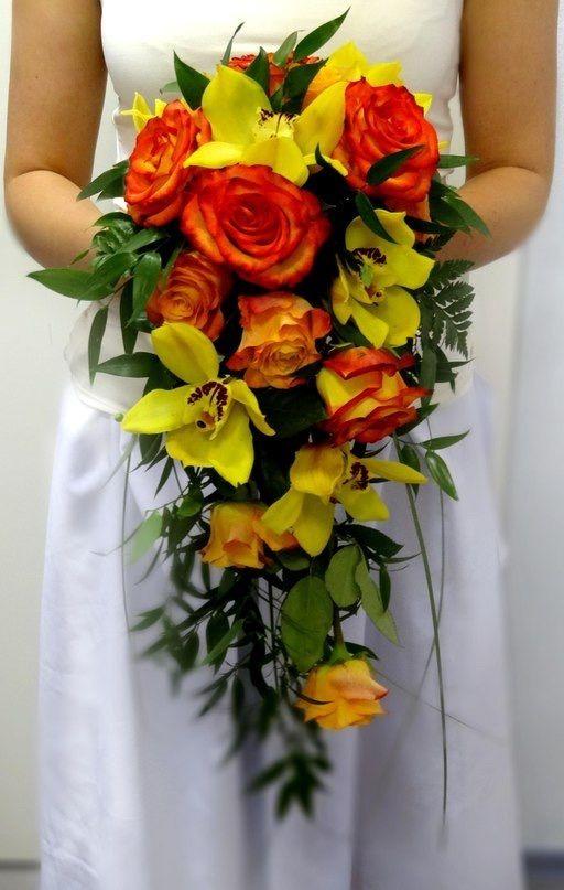 Букет из красных роз и желтой орхидеи, бутонов