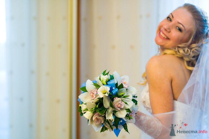 Букет невесты из белых эустом, зеленых листьев, бело-розовых орхидей и голубой атласной ленты  - фото 76246 Дуэт фотогрфов Никифоров Костя и Гордеев Сергей