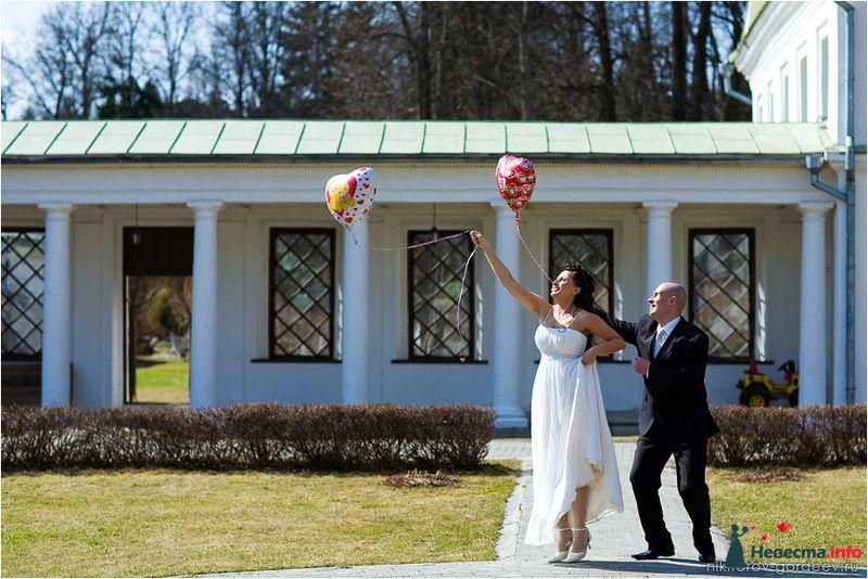 Жених и невеста держат в руках воздушные шарики в форме сердец - фото 98094 Фотографы Никифоровы-Гордеевы Сергей и Константин