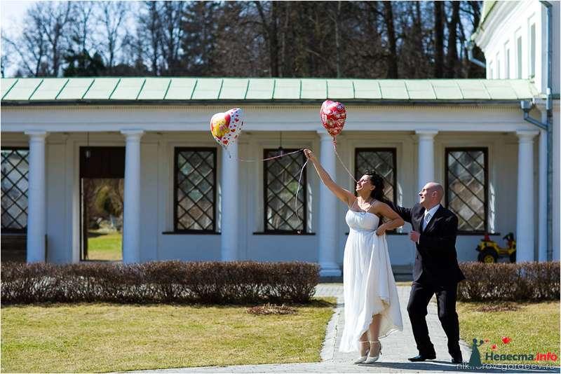 Жених и невеста держат в руках воздушные шарики в форме сердец - фото 98094 Дуэт фотогрфов Никифоров Костя и Гордеев Сергей