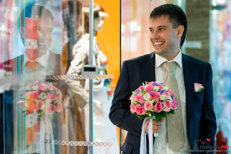 """Классический черный костюм жениха """"двойка"""" с белой рубашкой, золотистым галстуком и с розовой бутоньеркой в петлице пиджака, - фото 99198 Дуэт фотогрфов Никифоров Костя и Гордеев Сергей"""