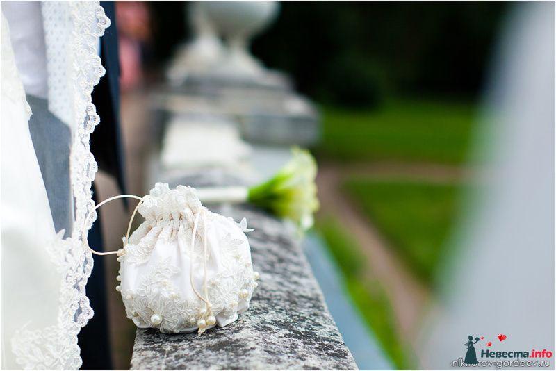 Свадебная сумочка ридикюль из белого атласа декорирована кружевом и - фото 119832 Фотографы Никифоровы-Гордеевы Сергей и Константин