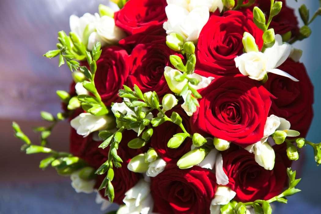 Букет свадебный яркий из красных роз и фрезий, букеты роз