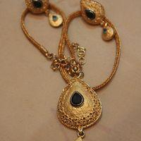 Индия, комплект серьги и кулон. Верхний камень темно-синий, нижний бирюзовый. Покрыт золотом в сколько-то карат (не помню уже). Цена комплекта 1700 рублей.
