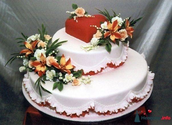 Двухъярусный свадебный торт,в белой мастике, украшенный бело-красными рюшами, сердцем и сахарными цветами - фото 90741 Моника Белуччи