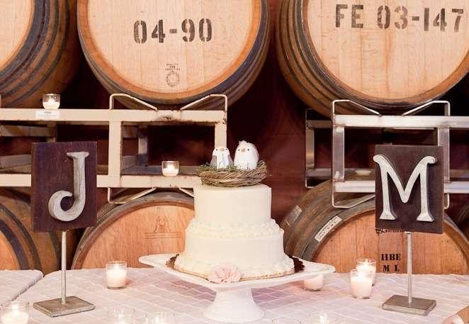 Двухъярусный свадебный торт,белого цвета, сверху украшенный гнездом с птицами  - фото 678283 WedTour - свадьба в Тайланде и на Бали