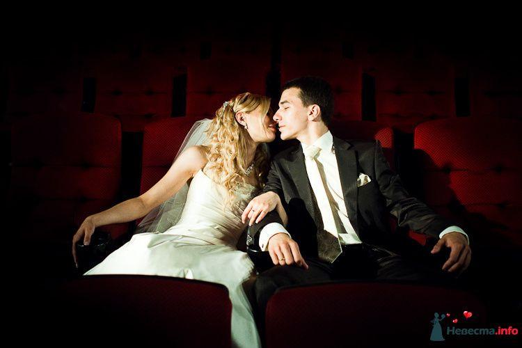 Жених и невеста сидят, прислонившись друг к другу, в красных креслах - фото 94141 Light Photo Studio - фотограф