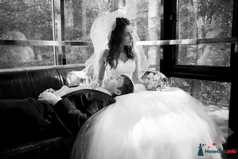 Жених лежит на коленях у невесты возле окна - фото 94781 Light Photo Studio - фотограф