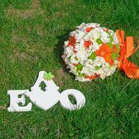 Букет невесты в оранжево-белом цвете из роз, эустом и гербер и таблички для свадьбы