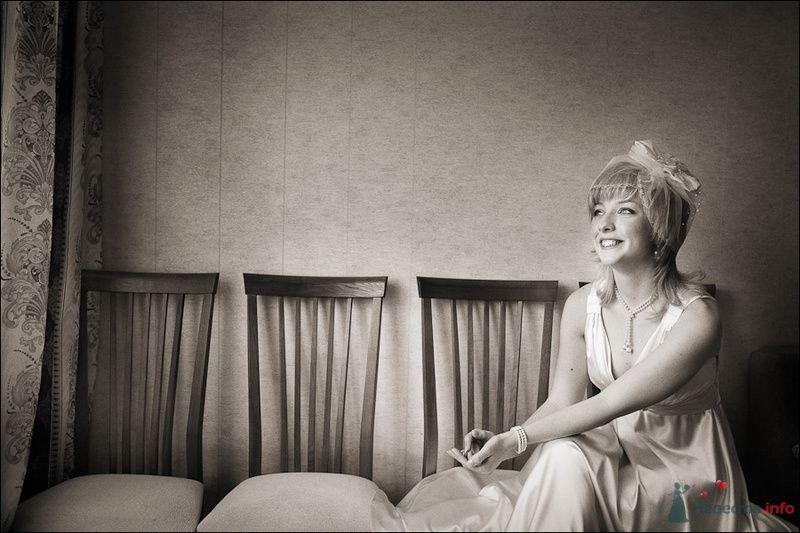 Невеста в белом длинном платье сидит на стуле возле стены - фото 80122 Черепанов Артем фотограф