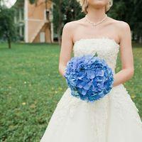 Круглый букет невесты из голубых гортензий