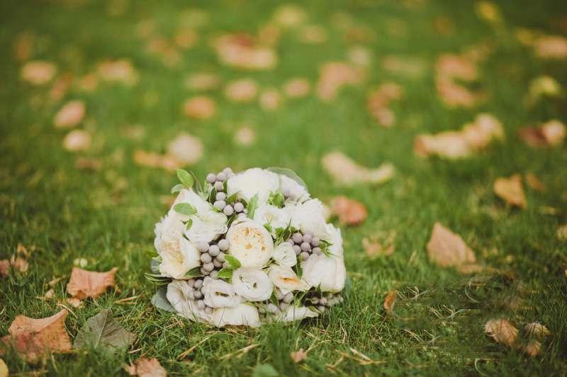 Букет невесты из белых пионовидных роз, серой брунии и белых эустом  - фото 1108365 Оформление и декор от EvroСвадьба
