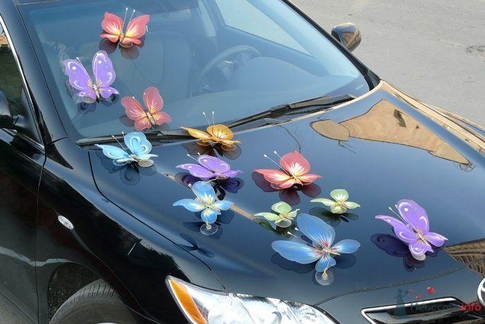 Россыпью разноцветных искусственными бабочками украшен черный свадебный автомобиль. - фото 26836 KATIOLLIKA