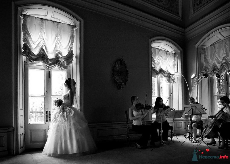 Невеста в белом длинном платье стоит у окна, а рядом играет оркестр - фото 83559 Невеста01