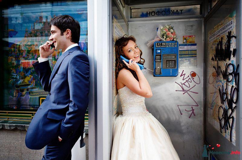 Жених и невеста стоят возле таксофона и разговаривают друг с другом - фото 94562 Невеста01