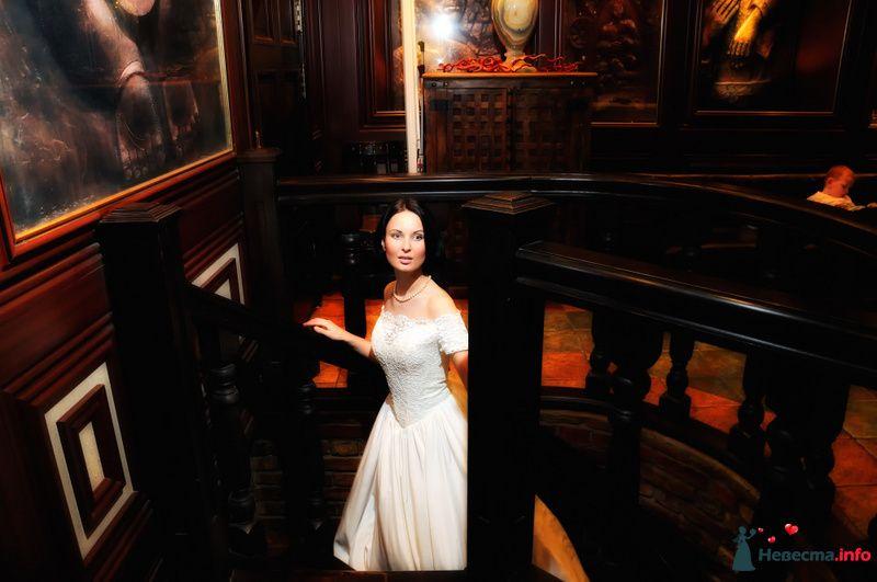 Невеста в белом длинном платье стоит на чёрных деревянных ступеньках - фото 105919 Фотограф Хасан Йенер