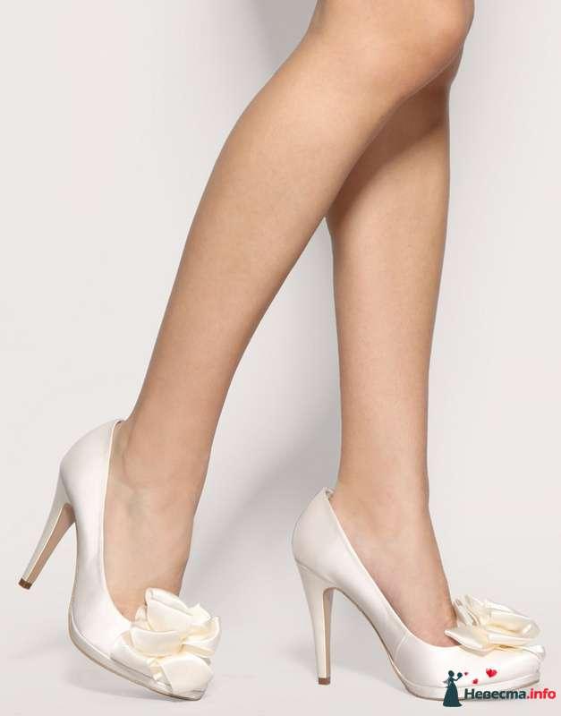 Туфли белого  цвета на высоком каблуке спереди бантик. - фото 87374 Невеста01