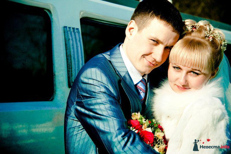 Жених и невеста, прислонившись друг к другу, стоят на фоне машины - фото 86369 куся