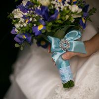 Букет невесты из сиреневых ирисов и белых фрезий