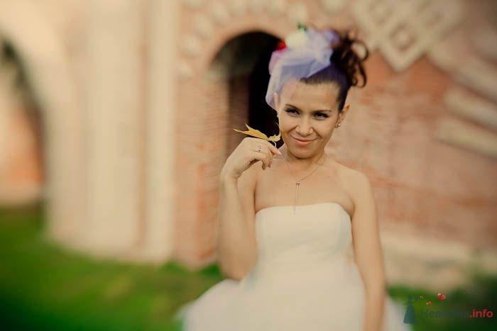 Невеста в белом длинном платье стоит возле здания - фото 42024 Фотограф Елена Зотова