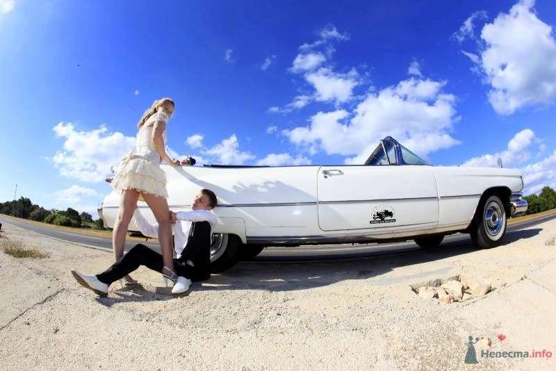 Жених и невеста возле белой машины на пляже - фото 66620 Фотограф Елена Зотова