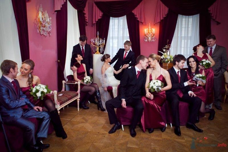 Подружки невесты с букетами в руках, в длинных бордовых атласных платьях, сидят на стульях, друзья жениха в белых рубашках с - фото 68658 Фотограф Елена Зотова