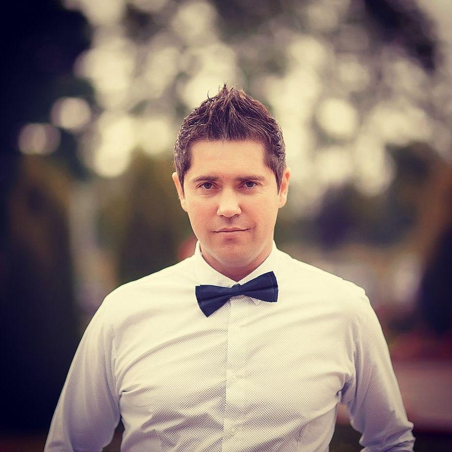 Темно-синяя галстук-бабочка с белой рубашкой  - фото 2830787 Денис Аюпов - ведущий праздников