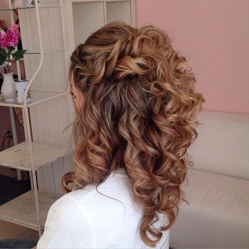 Вечерние причёски с кудрями на средние волосы