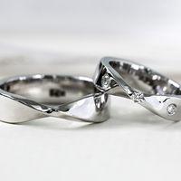 Данную модель возможно изготовить с учетом Ваших пожеланий и бюджета.   Расчет сделан кольца с характеристиками:   Женское кольцо  Бриллианты 3 шт. по 0,015 ct Золото 585, вес 4,5 гр.   Мужское кольцо  Золото 585, вес 5 гр.   Точная стоимость кольца завис