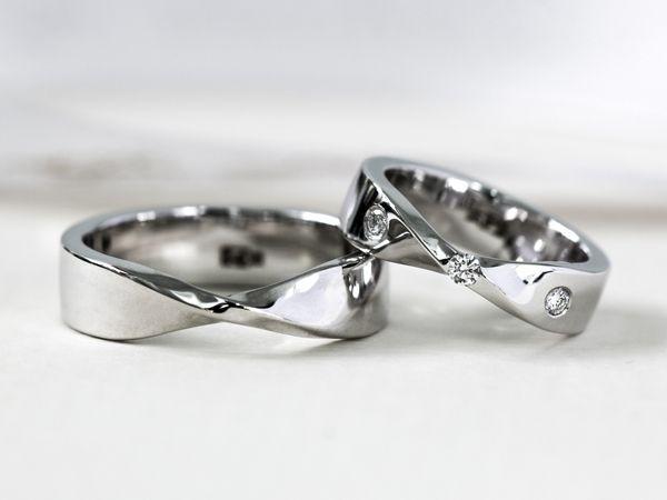 Данную модель возможно изготовить с учетом Ваших пожеланий и бюджета.   Расчет сделан кольца с характеристиками:   Женское кольцо  Бриллианты 3 шт. по 0,015 ct Золото 585, вес 4,5 гр.   Мужское кольцо  Золото 585, вес 5 гр.   Точная стоимость кольца завис - фото 17187498 Ювелирная студия UvelirMoscow
