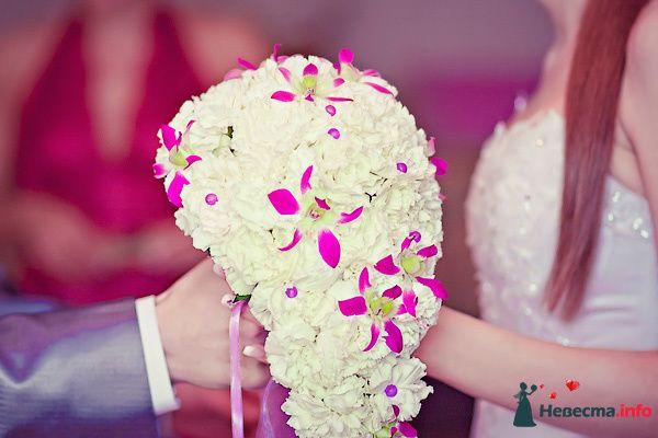 Каскадный букет невесты из белых гвоздики розовых орхидей  - фото 91123 Lady L