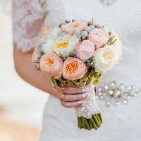 Букет невесты. Состав: вувузела, пионы, бруния, бересклет
