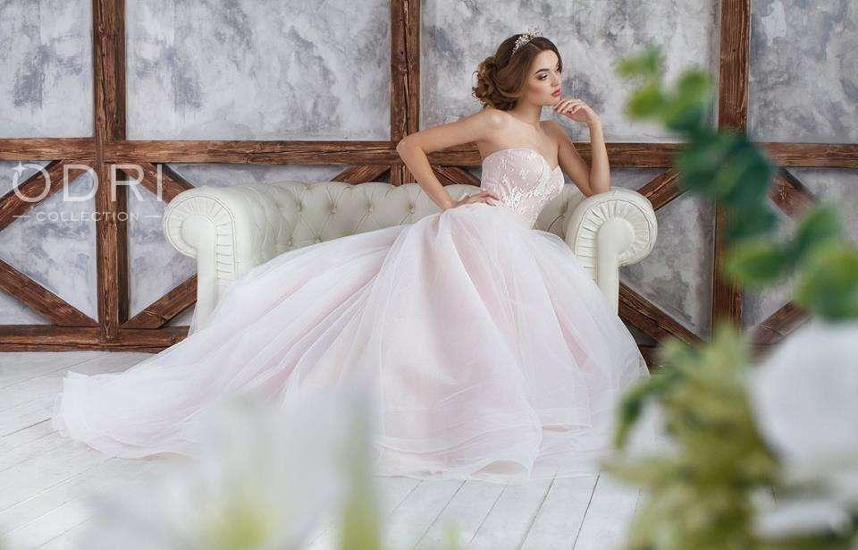 """Свадебное платье """"Париж""""   Фасон: пышное  Материал: кружево, фатин, евросетка  Шлейф: длинный, пристегивается (можно укоротить)  Особенности: шнуровка  Цвет: пудра, айвори, белый  Цвет - 10300 - фото 12914224 Свадебный салон """"Одри"""""""