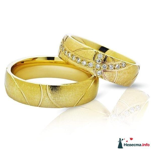 Золотые кольца с бриллиантами и резьбой на белом фоне. - фото 109150 fascination