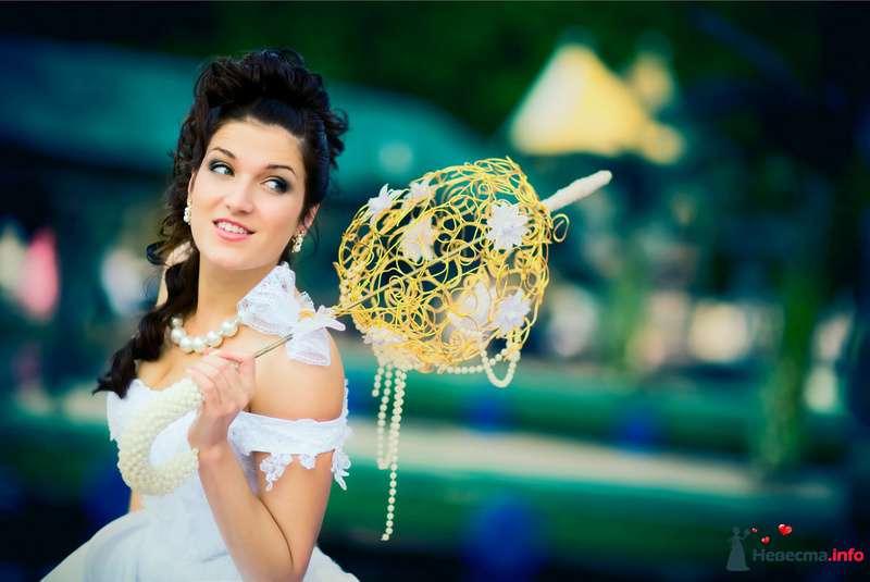 В руках невесты желтый плетёный зонт-шар декорированный белыми цветами - фото 91903 Свадебный фотограф Роман Пламеневский