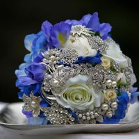Брошь-букет невесты с ирисами и розами