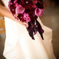 Бордовый букет невесты из калл, тюльпанов и астр