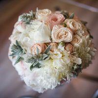 Букет невесты из белых пионов, астр  и розовых роз