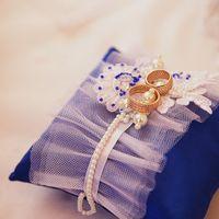 Атласная подушечка для колец в сине-белых тонах