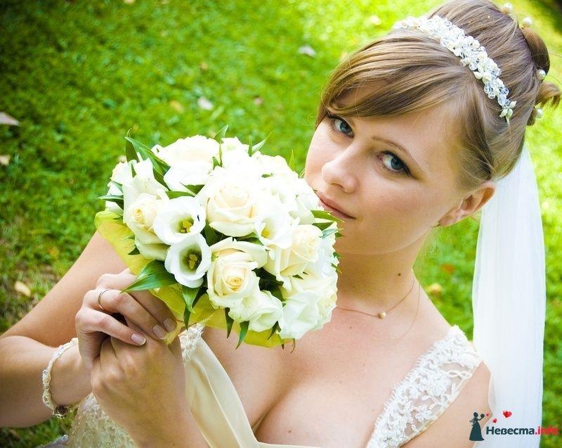 Букет невесты из белых эустом и роз, декорированный желтым кружевом