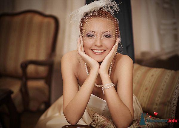 Ретро образ невесты выражен в прическе из собранных локонов украшенных вуалеткой - фото 97784 Виктор и Александра Рихтер - фотографы