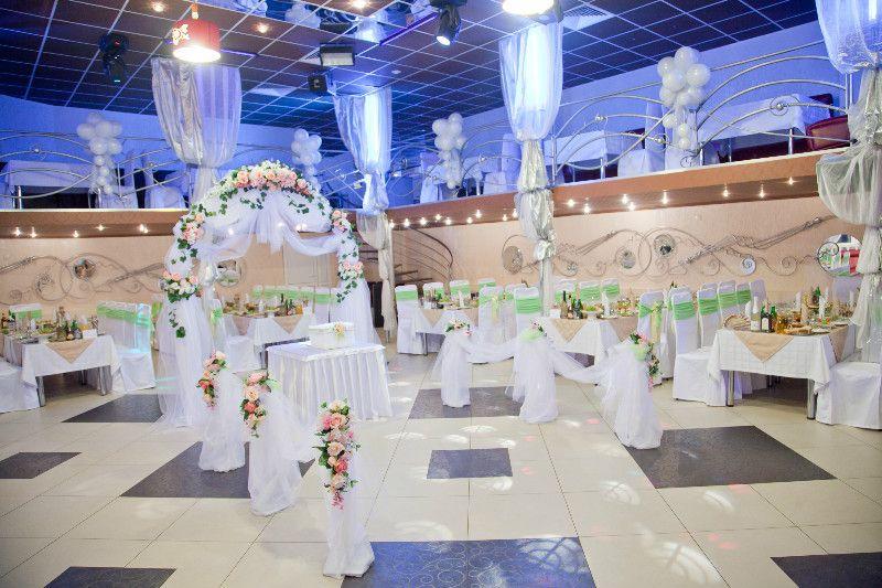 """Подковообразная свадебная арка, украшенная белой тканью и нежными цветами  - фото 891295 Магазин-салон """"Свадебный декор"""" - оформление"""