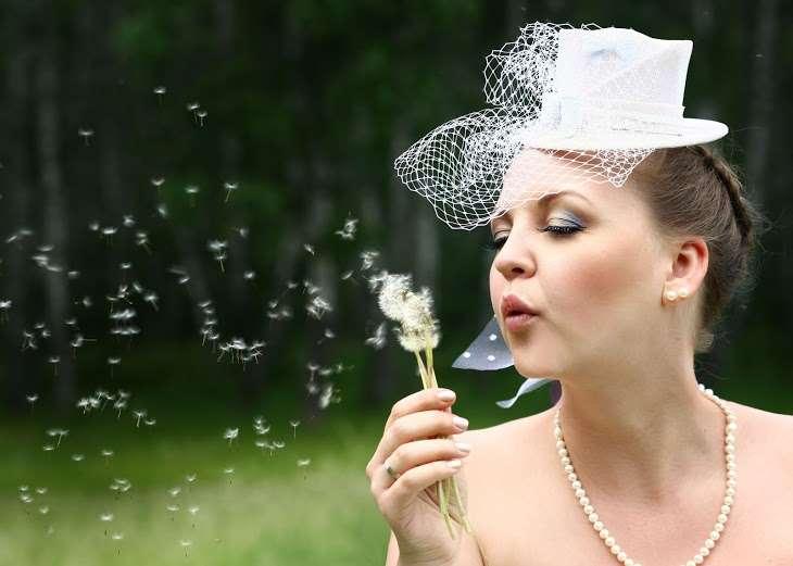 Причёску невесты украсила белая шляпка-цилиндр с сеткой-вуалью - фото 1957613 Фотограф Лебедева Вероника