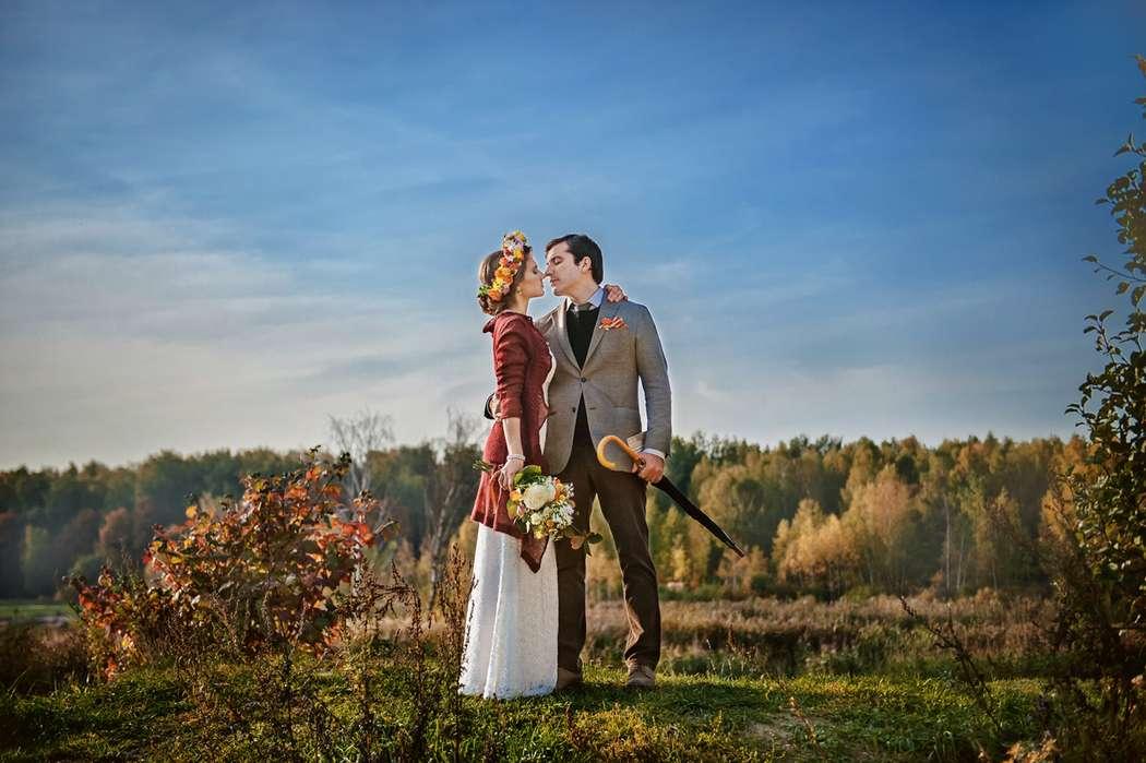 Жених и невеста, прислонившись друг к другу, стоят на осеннем поле  - фото 3597357 Фотограф Светлана Спирина