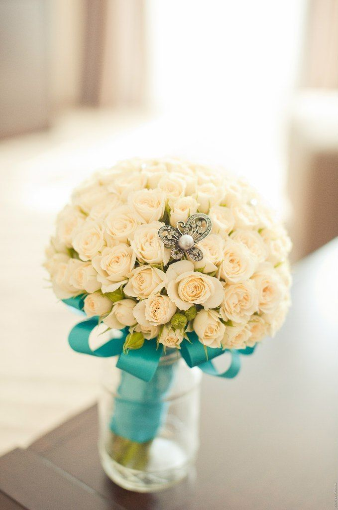 Букет невесты из белых роз, декорированный голубой атласной лентой и серебряной брошью в виде бабочки с белой жемчужной бусиной  - фото 1111247 М@львин@