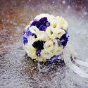 Сиренево-белый букет невесты из эустом и фиалок