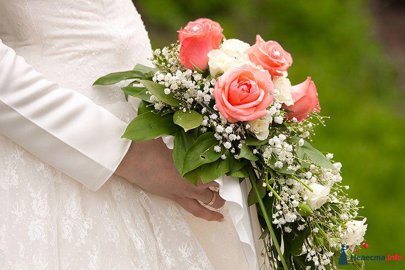 Каскадный букет невесты из розовых и белых роз, белой гипсофилы и