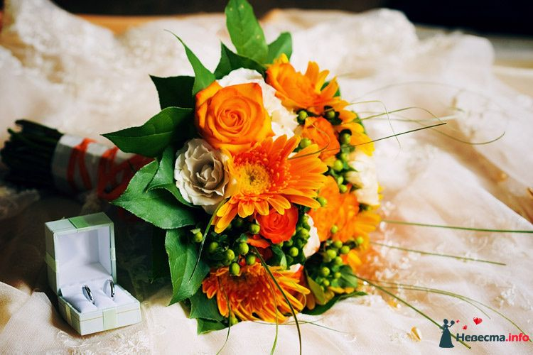 Букет невесты из роз и гербер в оранжево-белой гамме