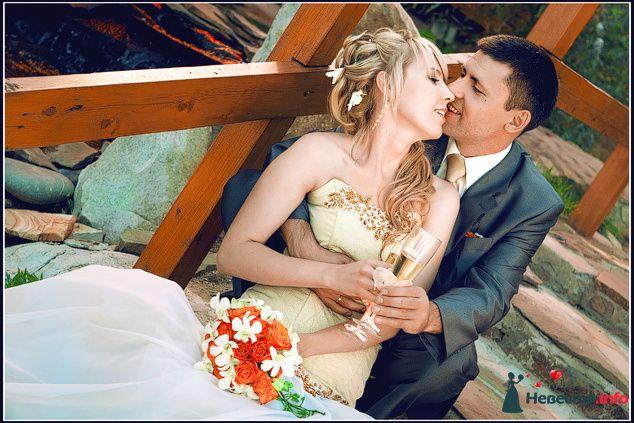 Жених и невеста сидят, прислонившись друг к другу, возле окна - фото 90208 Невеста01